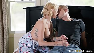Busty blonde Joslyn James is the real dab hand of have sex and a blowjob