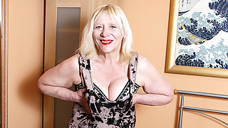 Malodorous British Housewife Playing With Her Hairy Snatch - MatureNL