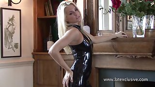 Kinky and sexy latex blonde chick loves exposing her nice plunder